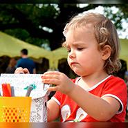Дети раскрашивают картонный домик ТМ Балуем и балуемся на празднике молока За Окой пасутся КО 02.09.2017г. Дубовая роща в с.Заокское, Рязанский район